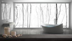 Деревянные винтажные столешница или полка с свечами и камешками, настроением Дзэн, над запачканной серой ванной комнатой с больши стоковое фото