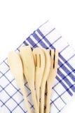 Деревянные вилки, ложки и шпатели на полотенце кухни на w Стоковое фото RF