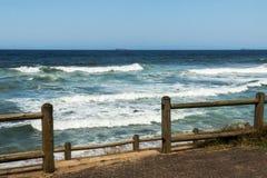 Деревянные волны моря барьера поляка и голубая предпосылка горизонта Стоковые Изображения RF
