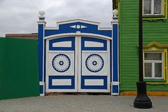 Деревянные ворота с высекаенными декоративными элементами стоковые изображения
