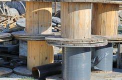 деревянные вьюрки в местах захоронения отходов стоковые изображения