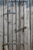 Деревянные двери амбара с шарнирами металла Стоковое фото RF