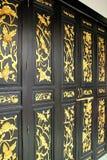 Деревянные двери покрашенные золотые картины на двери Стоковая Фотография