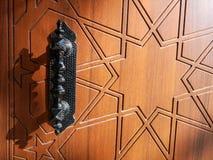 Деревянные дверь и ручка стоковая фотография