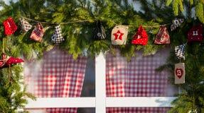Деревянные декоративные праздничные подарки рождества и настоящие моменты и красный s Стоковые Изображения RF