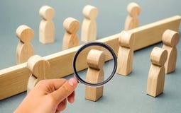 Деревянные диаграммы людей отделены барьером Социальные классы Конкуренция между командами Концепция недоразумения A стоковое изображение rf