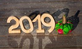Деревянные диаграммы 2019 на деревянной замороженной предпосылке счастливый новый yea стоковая фотография rf