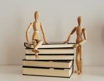 Деревянные диаграммы празднуя приятельство на закрытые книги, культура bookday стоковое изображение