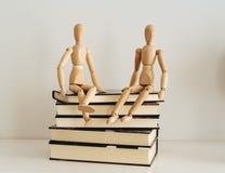 Деревянные диаграммы празднуя приятельство на закрытые книги, культура bookday стоковые фото