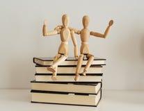 Деревянные диаграммы празднуя приятельство на закрытые книги, культура bookday стоковые изображения