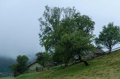 Деревянные дома в деревне в горах в утре Стоковое Изображение RF