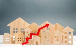 Деревянные дома и вверх стрелка Концепция роста рынка недвижимости Увеличенное в ценах на жилье Цена подъема для общих назначений стоковое изображение rf