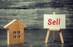 """Деревянные дом и доллары с надписью """"надувательство """" продажа свойства, дома допустимое снабжение жилищем Продажа квартир сбывани стоковая фотография"""