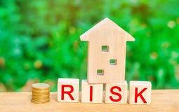 Деревянные дом и кубы с риском слова Концепция риска, потери недвижимости Свойство insurance Займы обеспеченные домом, ap стоковые фото