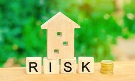 Деревянные дом и кубы с риском слова Концепция риска, потери недвижимости Свойство insurance Займы обеспеченные домом, ap стоковое фото