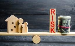 Деревянные дом и кубы с риском слова Концепция риска, потери недвижимости Свойство insurance Займы обеспеченные домом, ap стоковые изображения rf