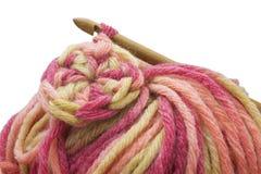 Деревянные естественные бамбуковые крюк вязания крючком, шарик шерстей пряжи и вязание крючком объезжают фото изолированное на бе Стоковая Фотография