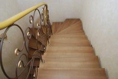 Деревянные лестницы и tracery металла выковали перила Стоковое Изображение RF