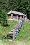 Деревянные лестницы к деревянной хате в лесе Стоковые Фото