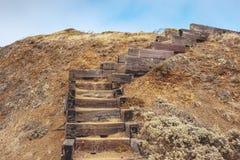 Деревянные лестницы на холме грязи Стоковое фото RF