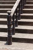 Деревянные лестницы с темными деревянными перилами стоковое фото