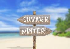 Деревянные лето или зима знака направления Стоковые Изображения