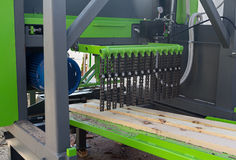 Деревянные журналы во время обрабатывать на машинах woodworking стоковое изображение rf