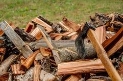 Деревянные журналы с старой осью на зима Стоковые Изображения