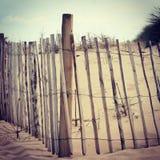 Деревянные загородки на английском пляже стоковая фотография