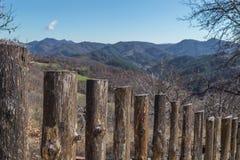 Деревянные загородка и гора на заднем плане Стоковые Изображения