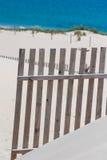 Деревянные загородки на дезертированных дюнах пляжа в Тарифе, Испании Стоковое Фото