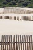 Деревянные загородки на дезертированных дюнах пляжа в Тарифе, Испании Стоковые Изображения RF