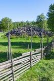 Деревянные загородки с каменной пирамидой из камней стоковое изображение rf