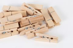 Деревянные зажимки для белья лежа на таблице Стоковые Изображения
