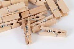 Деревянные зажимки для белья лежа на таблице Стоковое фото RF