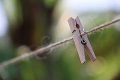 Деревянные зажимки для белья на веревочке весной Стоковое фото RF