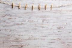 Деревянные зажимки для белья на веревочке Стоковое фото RF