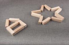 Деревянные диаграммы кирпича положенные на серую предпосылку Стоковые Фото