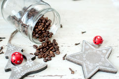 Деревянные игрушки рождества на таблице Дерево, звезда, гвоздичные деревья и разлитые кофейные зерна от опарника Деревенская пред Стоковое Фото