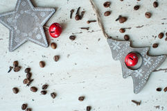 Деревянные игрушки рождества на таблице Дерево, звезда, кофейные зерна и специи Деревенская предпосылка рождества Стоковые Изображения RF