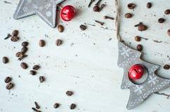 Деревянные игрушки рождества на таблице Дерево, звезда, кофейные зерна и специи Деревенская предпосылка рождества Стоковое Изображение RF
