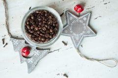Деревянные игрушки рождества на таблице Дерево, звезда, кофейные зерна в опарнике и специи Деревенская предпосылка рождества Стоковые Фотографии RF