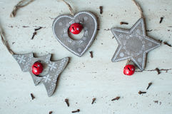 Деревянные игрушки рождества на таблице Дерево, сердце, звезда и специи Деревенская предпосылка рождества Стоковое Фото