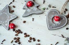 Деревянные игрушки рождества на таблице Дерево, сердце, звезда, кофейные зерна и специи Деревенская предпосылка рождества Стоковое Изображение