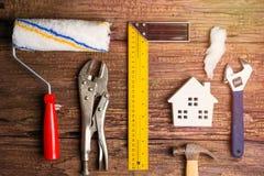 Деревянные инструменты игрушки и конструкции Белого Дома на деревянном backgrou Стоковое Изображение RF