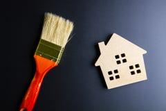 Деревянные инструменты игрушки и конструкции дома на черной предпосылке с Стоковое Изображение RF