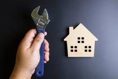 Деревянные инструменты игрушки и конструкции дома на черной предпосылке с Стоковое Фото