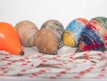 Деревянные и пластичные pegtops стоковые фотографии rf