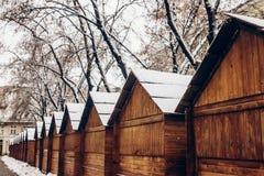 Деревянные кабины в снеге для рождественской ярмарки снежная городская площадь внутри Стоковые Фотографии RF