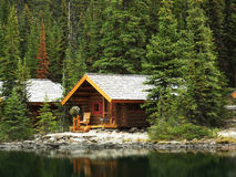 Деревянные кабины на озере O'Hara, национальном парке Yoho, Канаде стоковое изображение rf
